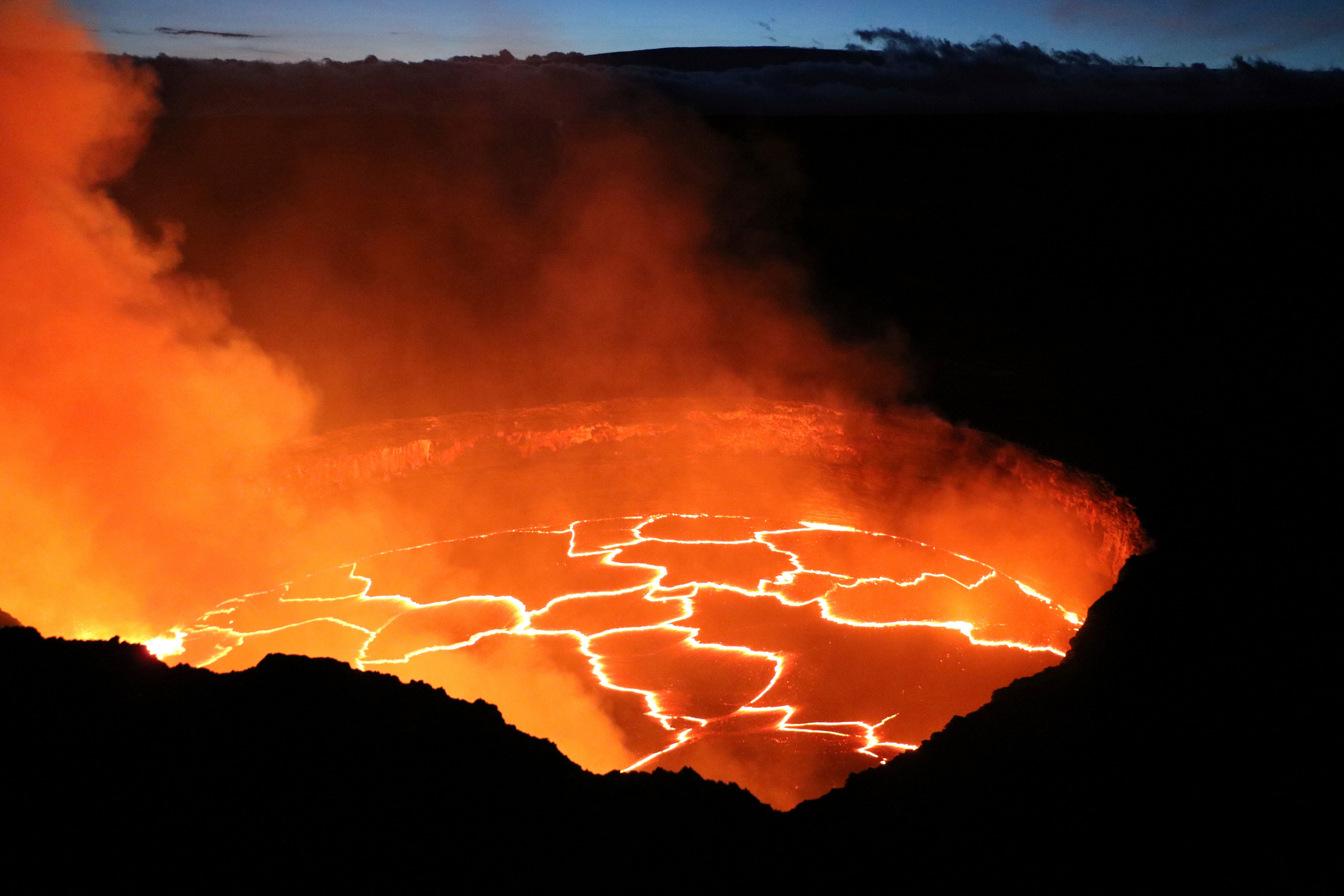 Gurgling Lava Splashes Up Hawaii Volcano Walls in Rare Video