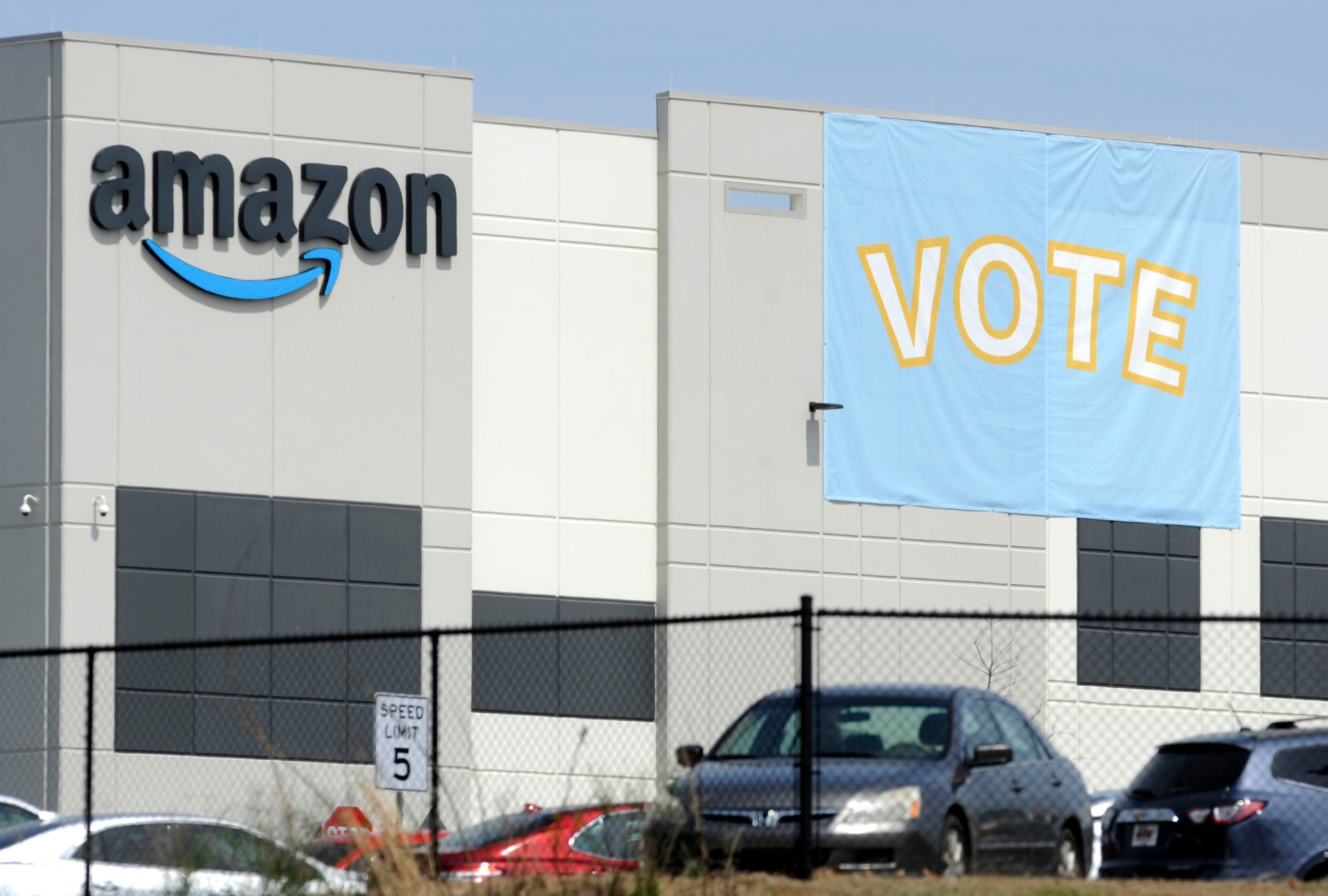 www.voanews.com: Amazon Workers Appear to Reject Unionization Push in Alabama