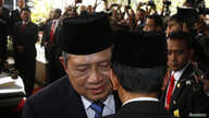 Indonesia's President Susilo Bambang Yudhoyono, left, speaks with president-elect Joko Widodo after a ceremony inaugurating a new parliament, Jakarta, Oct. 1, 2014.