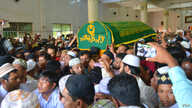 Muslim mourners in Yangon carry the coffin of Ko Ni, a slain NLD member and lawyer, Jan. 30, 2017. (Paul Vrieze/VOA)
