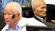 FILE - Khieu Samphan (l), former Khmer Rouge head of state, and Nuon Chea, Khmer Rouge's chief ideologist and No. 2 leader, sit in the court room before they made closing statements at the U.N.- backed war crimes tribunal in Phnom Penh, Oct. 31, 2013