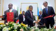 President of the Republic of Angola Joao Lourenço (C) shakes hands with Rwandan president Paul Kagame (R) next to Ugandan President Yoweri Museveni (L) after the signing an agreement, Aug. 21, 2019, in Luanda, Angola.