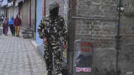 An Indian security personnel stands guard during a lockdown in Srinagar on November 5, 2019. (Photo by Tauseef MUSTAFA / AFP)