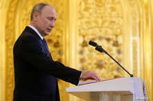 Russian President Vladimir Putin takes the oath during an inauguration ceremony at the Kremlin in Moscow, May 7, 2018. (Sputnik/Aleksey Nikolskyi/Kremlin via Reuters)