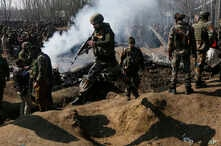 Indian army soldiers arrive near the wreckage of an Indian aircraft after it crashed in Budgam area, outskirts of Srinagar, Indian-controlled Kashmir, Feb.27, 2019.