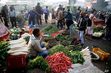 Indians buy vegetables early morning at a whole sale market in Lucknow, India , Jan. 27, 2020.  Rising food and vegetable prices have taken retail inflation for the month of December to its highest level in over 5 years, according to news reports.