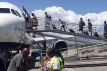 Passengers board JetBlue flight from Port-au-Prince to Fort Lauderdale, Florida, April 18, 2020. (VOA Creole/Yves Manuel)