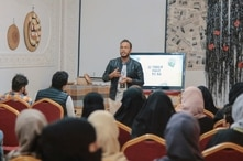 Ahmed Alhagri, the founder of Yemen Used to Be, speaks during a workshop in the Yemeni capital, Sanaa. (Photo courtesy of Waleed al-Ward)