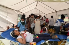 A volunteer donates blood for the injured members of Ethiopia's National Defense Forces (ENDF) fighting against Tigray's…