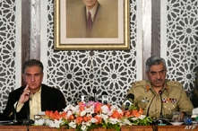 Pakistan's Foreign Minister Shah Mehmood Qureshi and army spokesman Major-General Babar Iftikhar brief media representatives on the ongoing military border tensions between Pakistan and India, at the Foreign Ministry in Islamabad, Nov. 14, 2020.