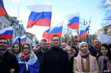 TOPSHOT - Russian opposition leader Alexei Navalny, his wife Yulia, opposition politician Lyubov Sobol and other demonstrators…