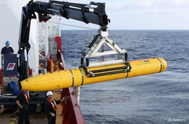 Crew aboard the Australian Defence Vessel Ocean Shield move the U.S. Navy's Bluefin-21 autonomous underwater vehicle into position in the southern Indian Ocean to look for Flight MH370, April 14, 2014. (US NAVY)