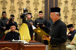 Malaysia's Prime Minister Najib Razak (R) reads his oath declaration in front of Malaysia's King Abdul Halim Mu'adzam Shah (not pictured) as he is sworn in for his second term as prime minister at the National Palace in Kuala Lumpur, May 6, 2013.