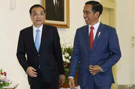 Chinese Premier Li Keqiang (L) walks with Indonesian President Joko Widodo during their meeting at the presidential palace in Bogor, West Java, Indonesia, May 7, 2018