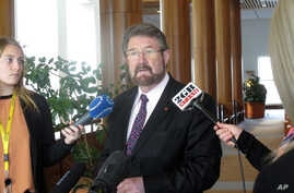 Australian independent Sen. Derryn Hinch holds a press conference in Parliament House in Canberra, Australia Tuesday, May 30, 2017. Hinch welcomes government support for legislation that he helped draft which would ban convicted pedophiles from trave