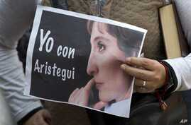 """A supporter of fired journalist Carmen Aristegui holds a sign that reads in Spanish: """"I'm with Aristegui"""" in Mexico City, March 19, 2015."""