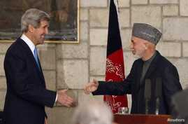 U.S. Secretary of State John Kerry (L) and Afghanistan's President Hamid Karzai shake hands at the end of their joint news conference at the presidential palace in Kabul, March 25, 2013.
