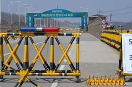 A roadblock in South Korea at Paju where unauthorized traffic is prohibited from heading into the DMZ, April 17, 2013. (VOA/S. Herman)