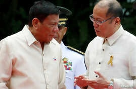 Incoming President Rodrigo Duterte (L) listens as outgoing President Benigno Aquino talks to him before Aquino leaves the Malacanang Palace in Manila, Philippines, June 30, 2016.