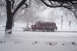 Road crews removing snow in the U.S. capital, 10 Feb 2010