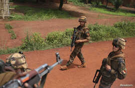 French soldiers walk towards Seleka fighters in Bambari, Central African Republic, May 31, 2014.