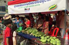 The community market installed for selling organic products that was put into operation on February 20, 2016 in front of Kompong Speu market in Kompong Speu's province's Chbar Mon city. (Hul Reaksmey/VOA Khmer)