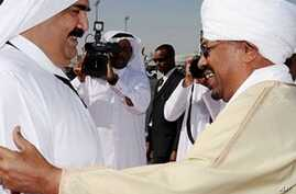 Qatari Emir Hamad bin Khalifa al-Thani (L) welcomes Sudanese President Omar al-Beshir upon his arrival in Doha to sign a peace deal between Khartoum and the Darfur rebel Justice and Equality Movement, 22 Feb 2010