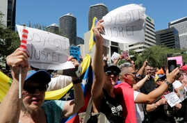 Members of the Venezuelan community protest outside of the Nurs-Et steakhouse, owned by the celebrity chef Nusret Gokce,  Sept. 19, 2018, in Miami. Venezuelan president Nicolas Maduro was shown in a video feasting on steak prepared by Salt Bae in Tur