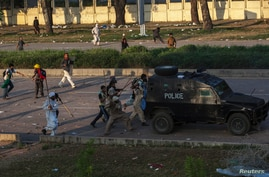 Supporters of Tahir ul-Qadri, Sufi cleric and leader of political party Pakistan Awami Tehreek (PAT),clash with riot police during the Revolution March in Islamabad August 31, 2014. Thousands of protesters massed outside the residence of Pakistani Pr