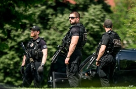 Secret Service agents stands on the North Lawn of the White House in Washington, May 20, 2016, after the White House was placed on security alert after shooting on street outside.