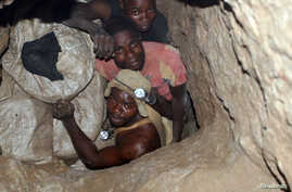 Congolese diggers work in an improvised mine near the town of Kambove April 17, 2007. Just a few months ago, flatbed trucks, pickups and even a creaking bicycle streamed up to a concrete-block hut, bringing bags of copper and cobalt ore from the mine