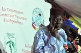 The president of the Guinean Independent Electoral Commission (CENI), Siaka Sangare, gives partial results of the second-round of the presidential election, in Conakry, 10 Nov 2010