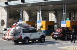 South Korean vehicles carrying products from North Korea's Kaesong industrial complex arrive at the customs, immigration and quarantine office near the border village of Panmunjom in Paju, South Korea, April 27, 2013.