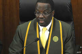Kenya's Chief Justice Willy Mutunga delivers a ruling by a six-bench judge at the country's Supreme court in Nairobi, Mar. 30, 2012.