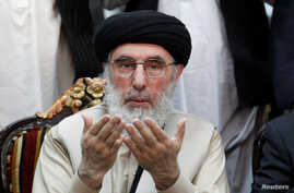 Afghan warlord Gulbuddin Hekmatyar prays before giving a speech to supporters in Jalalabad, Afghanistan, April 30, 2017.