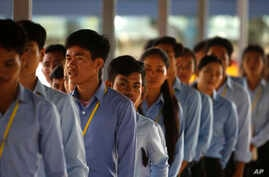 Cambodian students enter the courtroom before the hearings against two former Khmer Rouge senior leaders in the U.N.-backed war crimes tribunal on the outskirts of Phnom Penh, Cambodia, Nov. 16, 2018.
