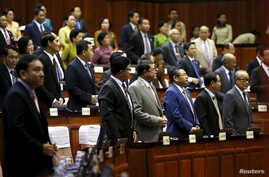 Members of parliament attend a plenary session at the Cambodia National Assembly in Central Phnom Penh December 16, 2015.  REUTERS/Channa - RTX1YVKB