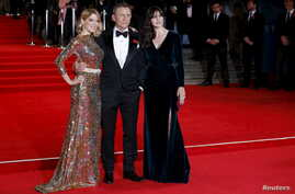 """(L to R) Lea Seydoux, Daniel Craig and Monica Bellucci pose for photographers as they attend the world premiere of the new James Bond 007 film """"Spectre"""" at the Royal Albert Hall in London, Britain, October 26, 2015."""