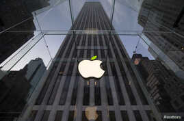 The leaf on the Apple symbol is tinted green at the Apple flagship store on 5th Ave in New York April 22, 2014. Employees and signage have been themed green to mark Earth Day.   REUTERS/Brendan McDermid  (UNITED STATES - Tags: ENVIRONMENT SCIENCE TEC