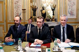 France's President Emmanuel Macron, center, France's Prime Minister Edouard Philippe, left, and France's Finance Minister Bruno Le Maire, right, attend a meeting with the representatives of the banking sector at the Elysee Palace, in Paris, Dec.11, 2
