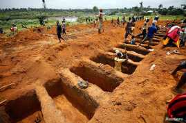 Workers are digging graves for mudslide victims at the Paloko cemetery in Waterloo, Sierra Leone, Aug. 17, 2017.