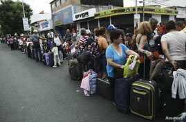 People queue while they wait to cross the border to Colombia at San Antonio in Tachira state, Venezuela, Aug.t 23, 2015.