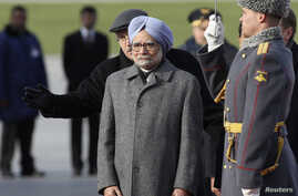 India's Prime Minister Manmohan Singh (front) takes part in a welcoming ceremony next to an honour guard upon his arrival at Moscow's Vnukovo airport, Oct. 20, 2013.