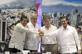 Latin American Presidents (L-R) Peru's Ollanta Humala, Chile's Sebatian Pinera, Colombia's Juan Manuel Santos and Mexico's Enrique Pena Nieto pose for pictures after signing the final agreement for an economic investment protocol in Cartagena, Feb. 1
