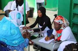 Women sign up for free breast and cervical cancer screenings organized by nonprofit Junior Chamber International at the Philippe Maguilen Senghor health center in Yoff, Dakar, Senegal, April 22, 2017. (S. Christensen/VOA)