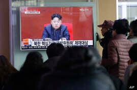 People at Seoul Railway Station in Seoul, South Korea, watch a TV news program showing North Korean leader Kim Jong Un, March 3, 2016.