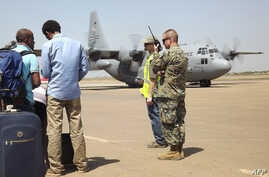 U.S. army soldier stands guard as aircraft remains on runway for American nationals awaiting evacuation, Juba, South Sudan, Dec. 21, 2013.
