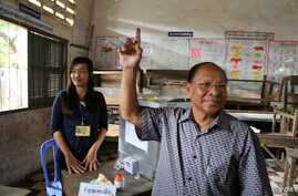 Heng Samrin, president of Cambodia's National Assembly casts his vote in Kampong Cham, July 28, 2013. (Heng Reaksmey/VOA Khmer)