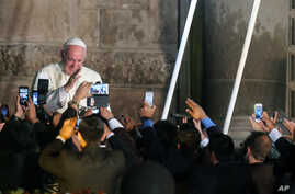 Faithful take picture with their mobile phones as Pope Francis departs from the San Francisco Church aboard the Popemobile, in Quito, Ecuador, July 7, 2015.