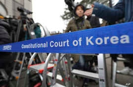 Members of the media wait for witnesses to arrive for the hearing in the impeachment trial of President Park Geun-hye at the Constitutional Court in Seoul, South Korea, Jan. 5, 2017.